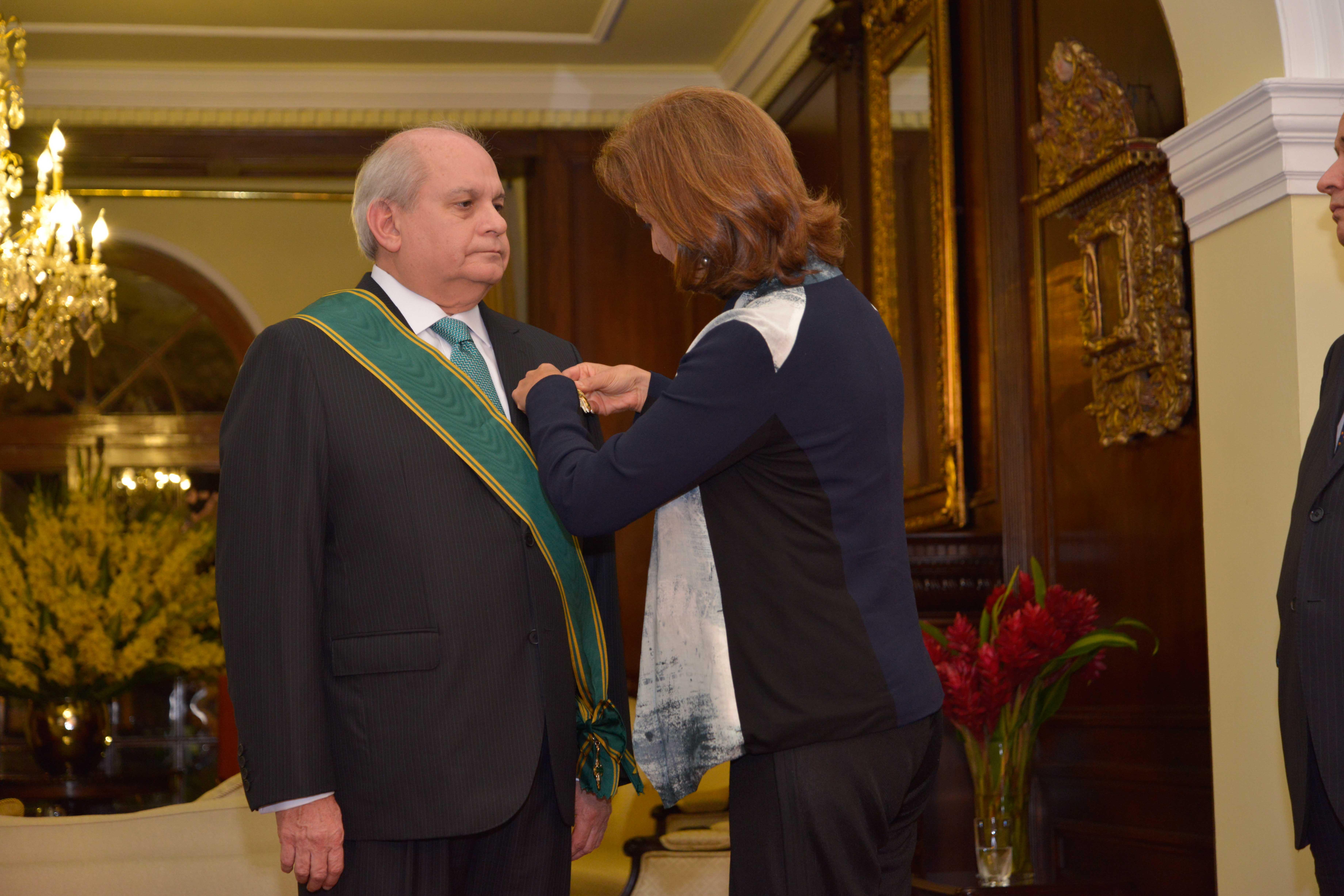 La Ministra de Relaciones Exteriores de Colombia condecora al Premier Pedro Cateriano